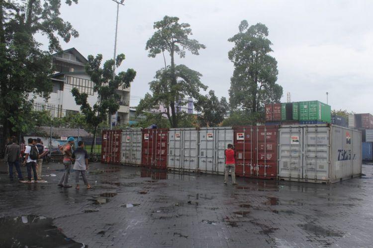 Surat suara untuk pemilu legislatif tiba di Pelabuhan Ambon dan mulai dibongkar buruh pelabuhan, Minggu (10/3/2019). Pembongkaran logistik pemilu di pelabuhan Ambon ini ikut dijaga sejumlah personel kepolisian