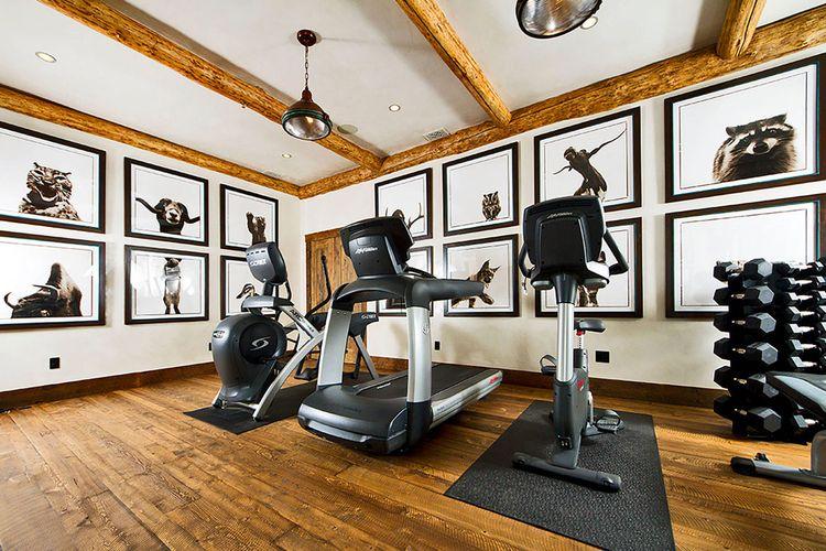 Ruang berolahraga di rumah beralaskan kayu bertekstur