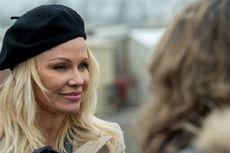 Benarkah Pamela Anderson Berpacaran dengan Pendiri Wikileaks