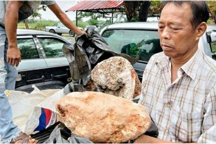 Naris Suwannasang, nelayan Thailand yang menemukan bongkahan muntahan paus (ambergris) bernilai lebih dari Rp 45 miliar.