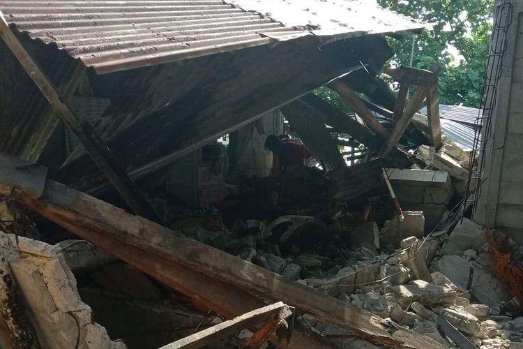 Rumah yang ambruk akibat gempa Filipina berkekuatan 6,6 magnitudo mengguncang Provinsi Masbate, pada Selasa (18/8/2020).