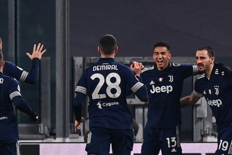 Bek Juventus Brasil Danilo (2ndR) merayakan bersama bek Italia Juventus Leonardo Bonucci (kanan) dan rekan satu timnya setelah membuka skor selama pertandingan sepak bola Serie A Italia Juventus vs Sassuolo pada 10 Januari 2021 di stadion Juventus di Turin.