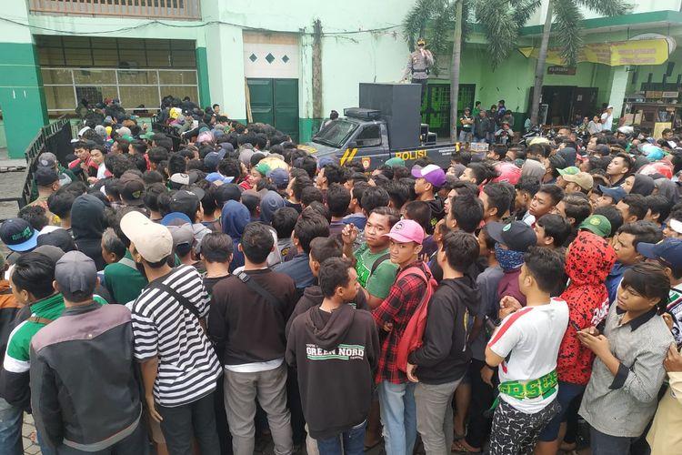 Antrian pembeli tiket final Piala Gubernur Jatim 2020 Persebaya Surabaya melawan Persika Jakarta di Stadion Gelora Delta Sidoarjo, Jawa Timur, Kamis (20/02/2020) pagi.