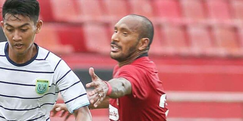 Pemain Bali United Leonard Tupamahu mengganggu pemain Persela Lamongan Malik Risaldi pada ujicoba kedua yang berakhir dengan skor 2-0 di Stadion Kapten I Wayang Dipta Gianyar, Bali, Minggu (02/02/2020) sore.