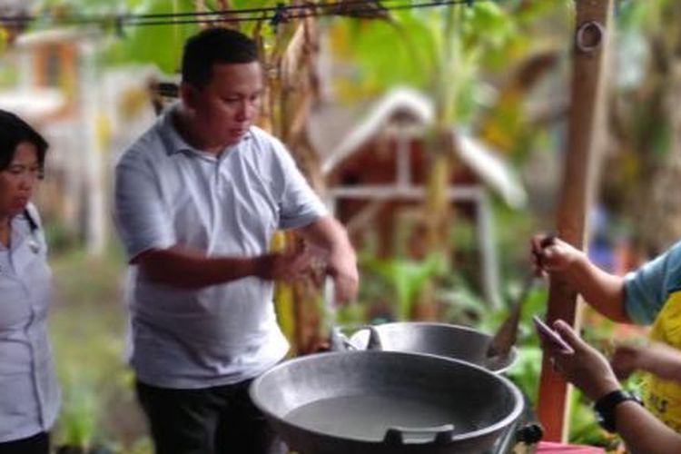 Proses pengolahan air kelapa menjadi kecap oleh sebuah komunitas di Desa Liwutung, Kabupaten Minahasa Tenggara, Sulawesi Utara.
