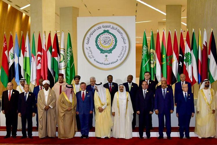 Perwakilan negara-negara anggota Liga Arab saat konferensi tingkat tinggi yang dilangsungkan di Dhahran, Arab Saudi, 15 April 2018.