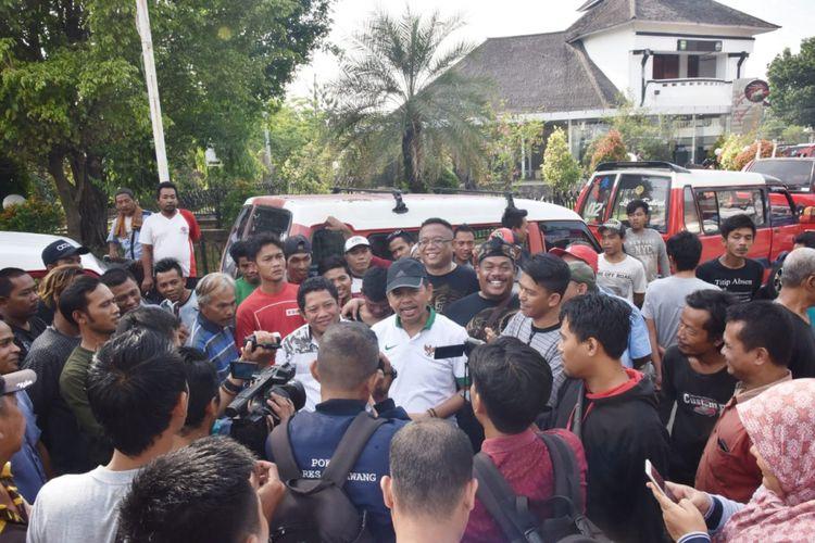 Ketua TKD Jokowi-Maruf Amin Jawa Barat Dedi Mulyadi (kaus putih kerah hijau) saat konferernsi pers terkait penertiban APK Jokowi tanpa cawapres di Purwakarta, Jumat (16/11/2018).
