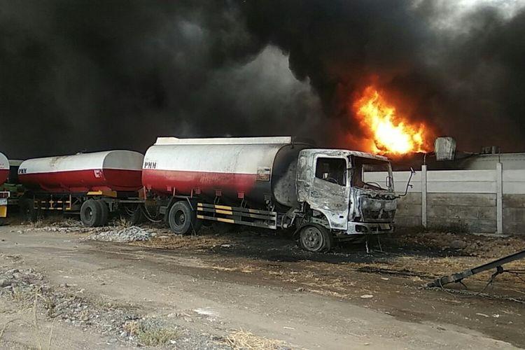 Kebakaran melanda pabrik produsen perabot rumah tangga berbahan plastik di Kabupaten Mojokerto, Jawa Timur, Jumat (4/10/2019) siang. Kebakaran juga menyebabkan 3 truk tangki yang terparkir di lahan kosong, tak jauh dari gudang yang terbakar.