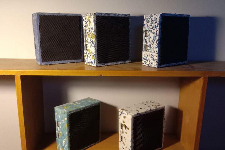 Mahasiswa UGM berhasil mengembangkan inovasi dengan memanfaatkan limbah plastik menjadi  speaker bluetooth multifungsi yang dilengkapi dengan fitur powerbank.
