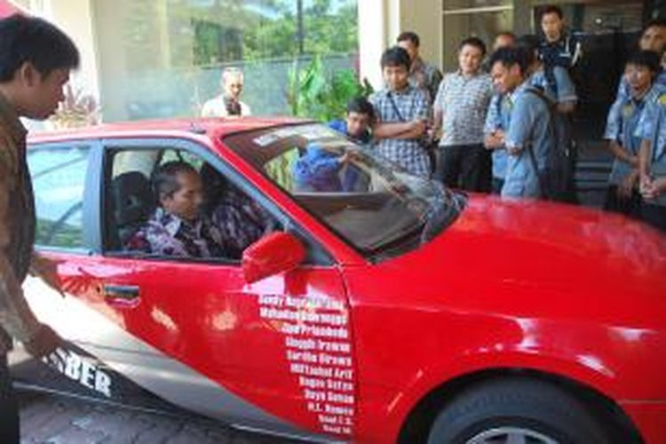 Mobil listrik karya Mahasiswa Universitas Jember, berhasil menjadi Juara Umum I Nasional, saat di Politehnik Negeri Bandung. Tampak Rektor Universitas Jember, Moch Hasan mencoba kendaraan listrik buatan mahasiswanya tersebut, Kamis (31/10/13)