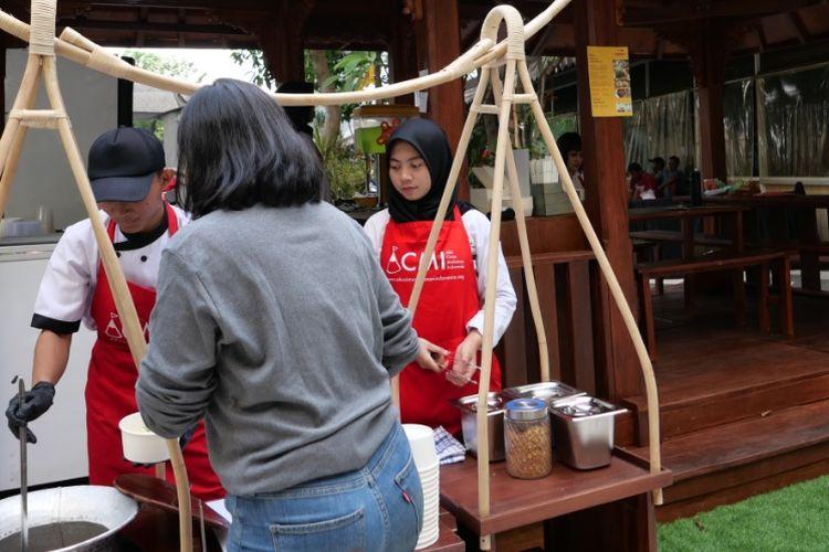 Pengunjung festival juga melihat langsung proses di balik dapur yang dilakoni oleh para pelajar SMK PGRI 2 Kudus ini. Mereka mengolah sendiri menu kuliner khas Kudus seperti Soto Kudus, Sate Kerbau, Garang Asem dan Es Kuwud.