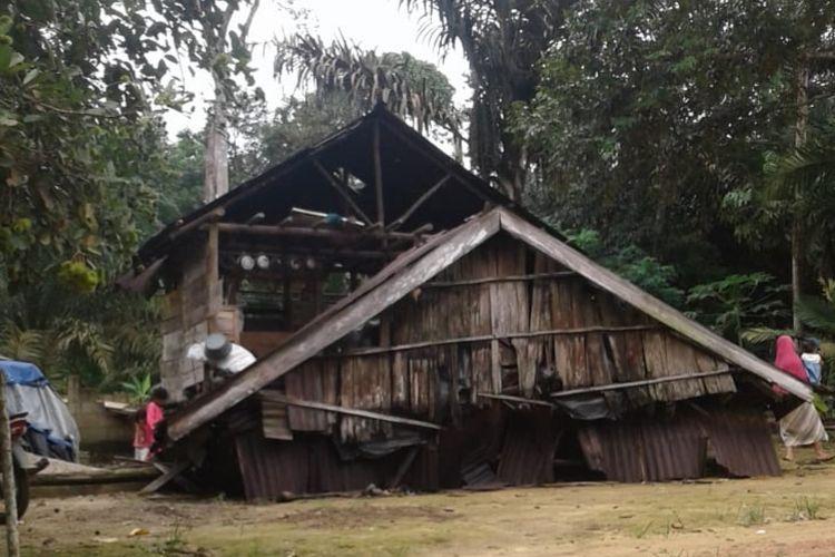 Rumah warga di Dusun Nyikap, Bangka Barat yang ambruk diterjang angin kencang, Minggu (12/1/2020).