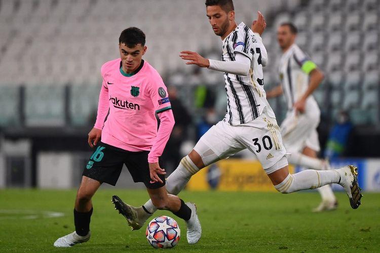 Gelandang Barcelona, Pedri, beraksi kontra pemain Juventus, Rodrigo Bentancur, pada laga Grup G Liga Champions di Juventus Stadium, 28 Oktober 2020.