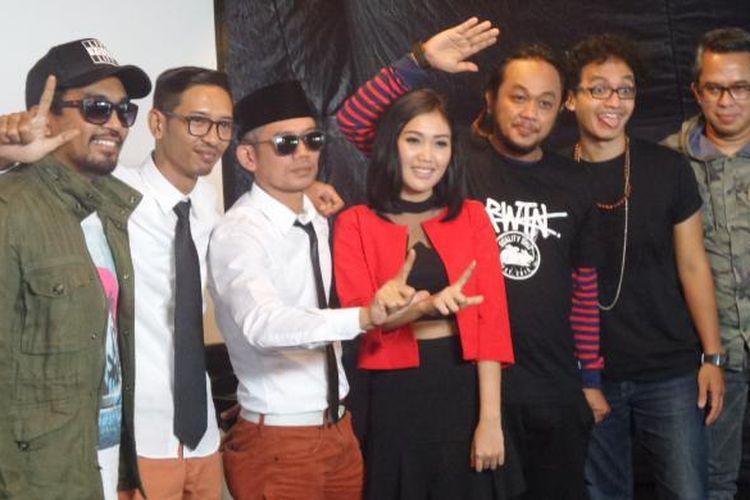 Libertaria, duo elektronika yang digawangi oleh Kill the Dj (Marzuki Mohamad) dan Balance meluncurkan album bertajuk Kewer-Kewer, di Rolling Stone Cafe, Ampera Raya, Jakarta Selatan,Rabu (18/5/2016).