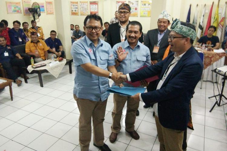 Sekda Kota Bandung Yossi Irianto bersama kader PDI-P Aries Supriatna saat menyerahkan berkas pendaftaran kepada KPU sebagai syarat untuk maju di Pilkada Kota Bandung, Rabu (10/1/2018).