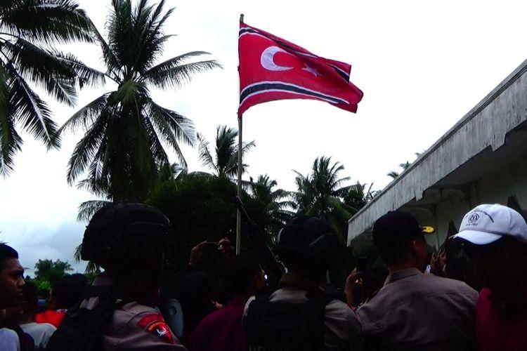 Bendera bulan bintang sempat berkibar di halaman Masjid Paloh Punti, Kecamatan Muara Satu, Lhokseumawe, Rabu (4/12/2019) pagi.