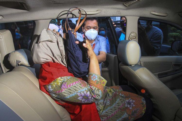 Kerjasama Operasional (KSO) PT Brantas Abipraya-PT Yodya Karya, Dwi Kridayani yang dijadikan tersangka atas kasus dugaan korupsi pembangunan Masjid Sriwijaya saat dimasukan dalam mobil untuk dibawa ke Rutan Merdeka Palembang, Selasa (30/3/2021).