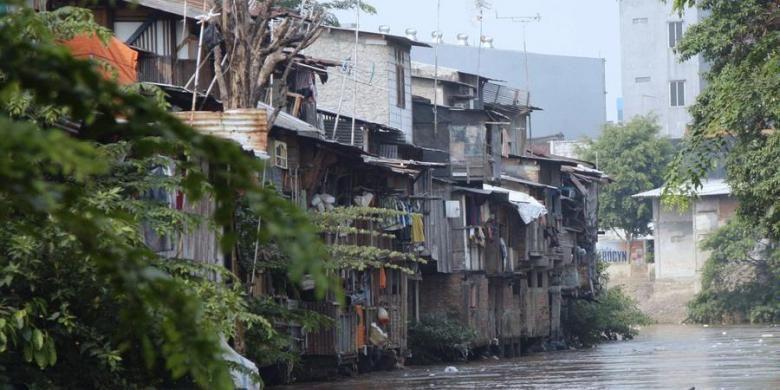 Deretan rumah-rumah warga di pinggir  Sungai Ciliwung di Kawasan Bukit Duri, Jakarta Selatan, Kamis (11/10/2012). Warga yang tinggal di bantaran Ciliwung harus mulai waspada banjir seiring dengan datangnya musim penghujan.