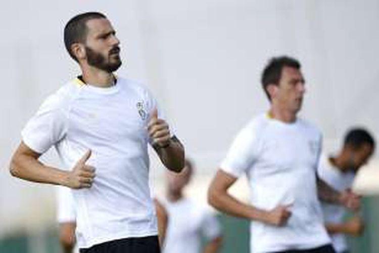Bek Juventus, Leonardo Bonucci, menjalani sesi latihan klub di Vinovo, Turin, pada 13 September 2016.