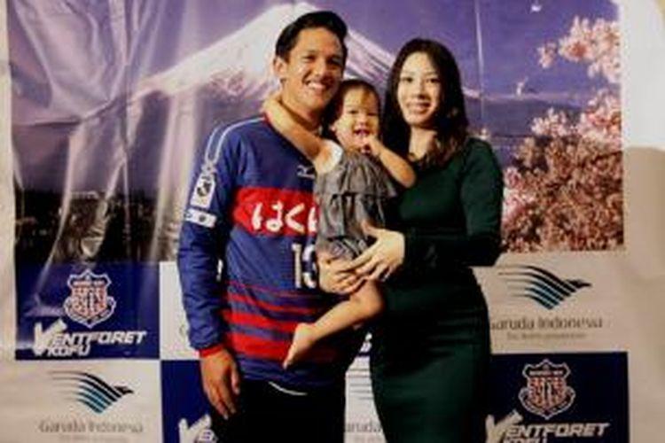 Irfan Bachdim berpose bersama istrinya, Jennifer Bachdim, serta anaknya, Kiyomi sue Bachdim, usai acara penandatanganan kontrak bersama Ventforet Kofu, Senin (27/1/2014).