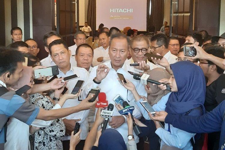 Menteri Sosial (Mensos) Agus Gumiwang Kartasasmita memberikan keterangan kepada para jurnalis sesuai pembuka Rakor Penanganan Fakir Miskin bersama Bulog, di Royal Kuningan Hotel, Jakarta, Kamis (4/7/2019).