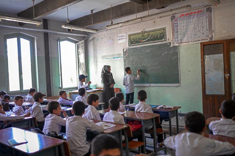 Murid-murid putra ketika menghadiri kelas di Sekolah Istiklal di Kabul, Afghanistan, pada 18 September 2021. Taliban sudah mengumumkan supaya siswa dan guru pria kembali ke sekolah SMP. Tetapi tidak dengan murid putri dan guru perempuan.