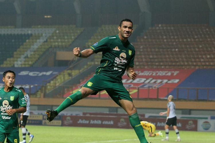Pemain Persebaya, Jose Wilkson, melakukan selebrasi usai mencetak gol ke gawang Persikabo dalam laga Liga 1 2021 di Stadion Wibawa Mukti, Cikarang, Bekasi, Sabtu (11/9/2021).