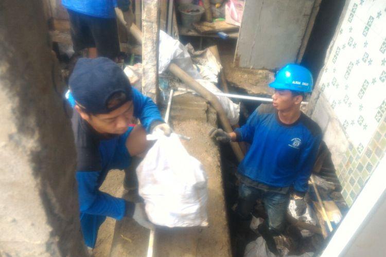 Proses perbaikan tanggul kampung Luar Batang yang mengalami kebocoran, Rabu (8/11/2017)