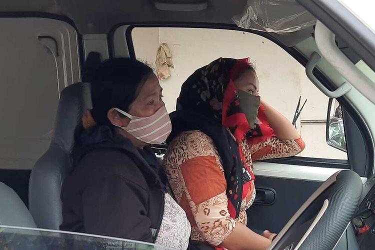 Ibu korban (berkerudung) mayat bocah bercelana SD yang ditemukan tewas di Terminal Type A Tasikmalaya, terlihat lesu dan enggan berkomentar saat hendak membawa jasad anaknya dari Tasikmalaya untuk dimakamkan di kampung halamannya di Cicalengka, Bandung, Sabtu (8/8/2020).