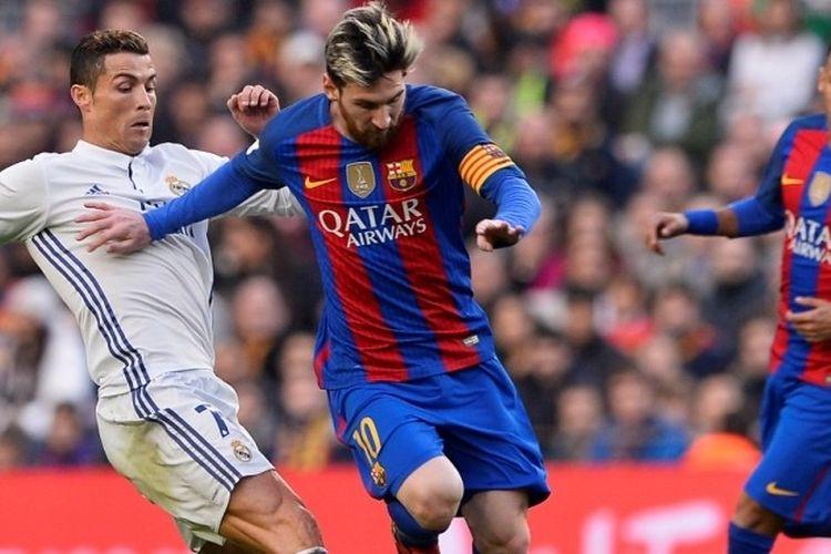 Penyerang Real Madrid, Cristiano Ronaldo (kiri), mencoba menghentikan pergerakan Lionel Messi dari FC Barcelona dalam laga El Clasico di Stadion Camp Nou, Barcelona, Spanyol, 3 Desember 2016.