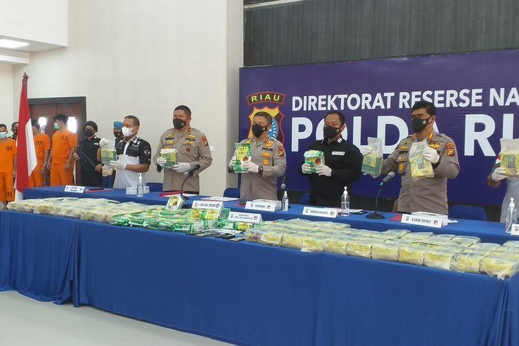 Kapolda Riau Irjen Agung Setya Imam Effendi memperlihatkan barang bukti sabu 108 kilogram yang disita dari empat orang tersangka di Pekanbaru, Riau, Rabu (7/7/2021).