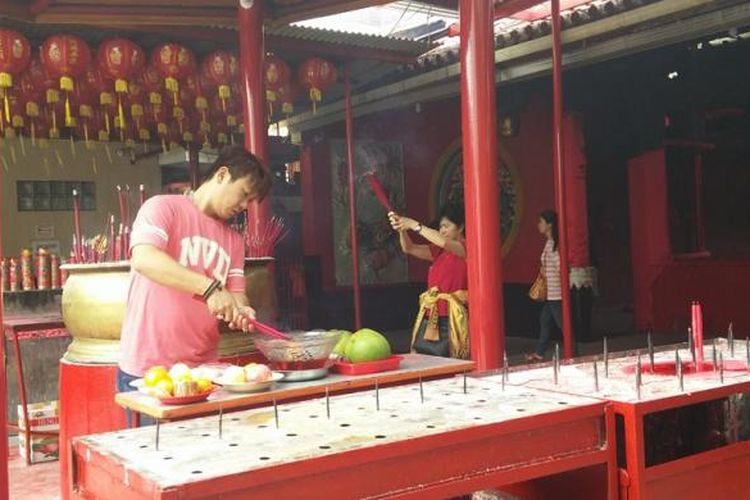 Masyarakat Tionghoa sedang sembahyang sebelum melakukan ciam si di Wihara Jin De Yuan, Jakarta.