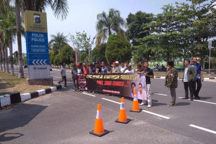 Aksi sekelompok ormas di depan Mapolda Kepulauan Bangka Belitung yang menolak kehadiran Rocky Gerung dan Ratna Sarumpaet.