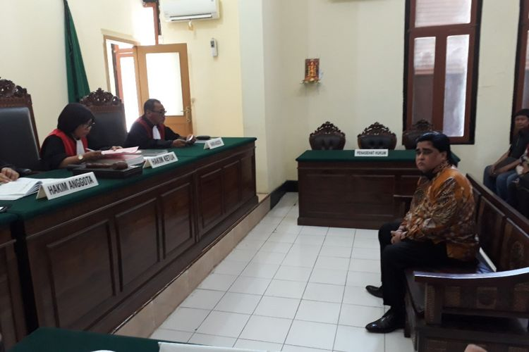 Dimas Kanjeng Taat Pribadi dalam sidang tuntutan di PN Surabaya