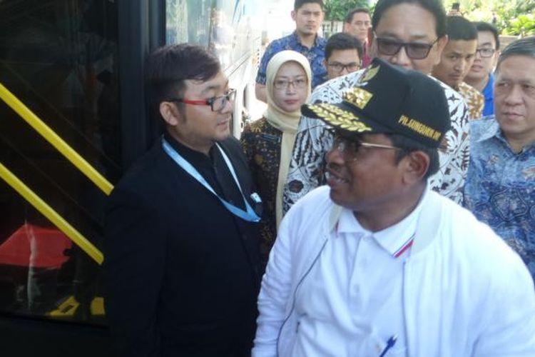 Plt Gubernur DKI Sumarsono bersama Kadisdik DKI Jakarta Sopan Adrianto ketika menerima sejumlah pertanyaan pengurus Osis SMA DKI Jakarta di dalam bus wisata, Jumat (20/1/2017)