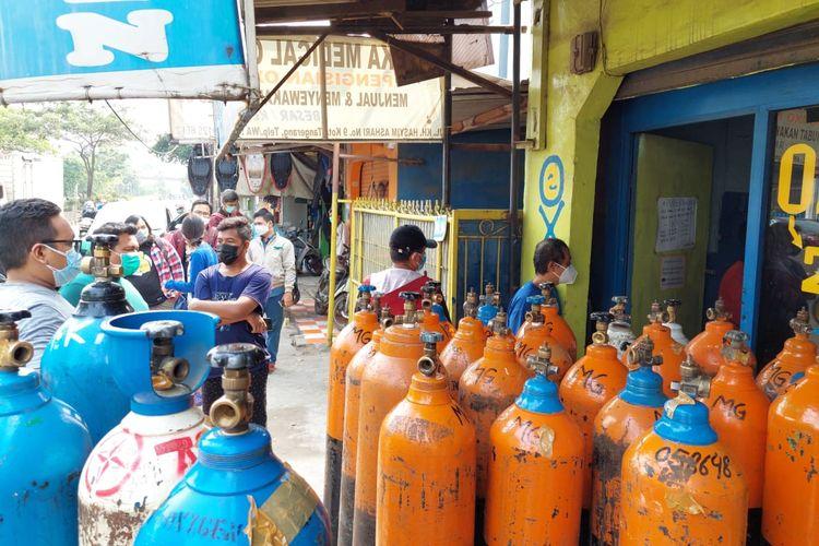 Sejumlah warga tengah mengantre di salah satu toko isi ulang tabung oksigen di Poris Plawad Indah, Cipondoh, Kota Tangerang, Senin (5/7/2021). (istimewa)