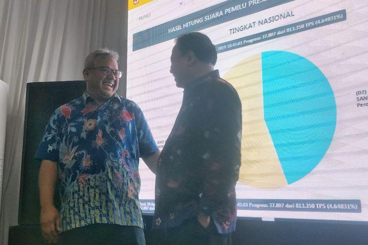Ketua Komisi Pemilihan Umum (KPU) Arief Budiman dan Ketua Badan Pengawas Pemilu (Bawaslu) Abhan berfoto bersama di Pusat Informasi Penghitungan Suara dan Rekapitulasi Hasil Penghitungan Perolehan Suara Pemilu 2019, kantor KPU, Jakarta Pusat, Sabtu (20/4/2019).