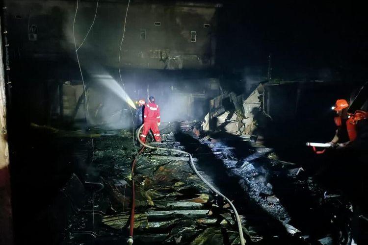 Petugas Damkar saat berupaya memadamkan api pada kebakaran Wisma Abu yang mengakibatkan enam orang pengunjung tewas di Jalan Abdul Manaf, Kecamatan Tembilahan, Kabupaten Inhil, Riau, Senin (14/12/2020).
