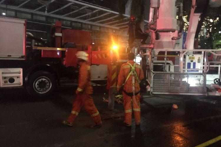 Para petugas dari  Dinas Penanggulangan Kebakaran dan Penyelamatan (PKP) DKI Jakarta berjibaku memadamkan api yang membakar salah satu gedung di kawasan JIExpo Kemayoran, Jakarta Pusat, Selasa (5/6/2018)