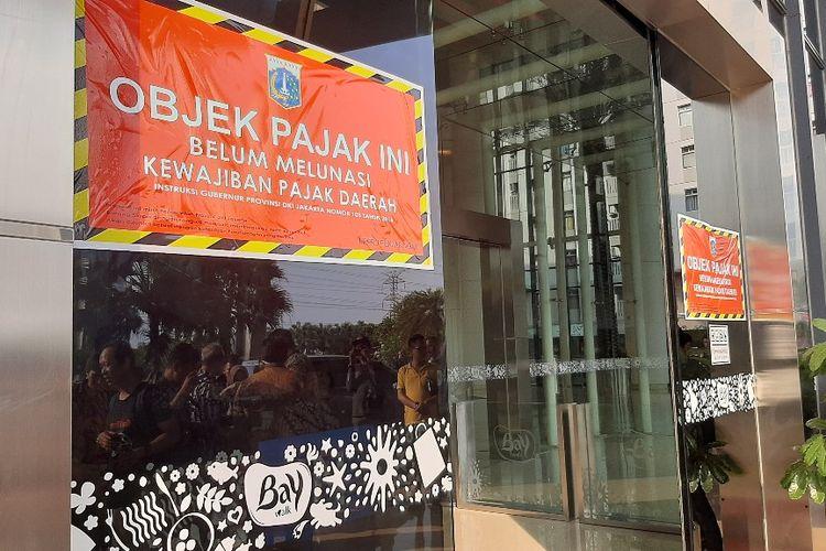 Stiker penunggak pajak dipasang di pintu masuk Mal Baywalk Pluit, Jakarta Utara, yang menunggak pajak sebesar Rp 5,4 miliar, Kamis (5/12/2019).