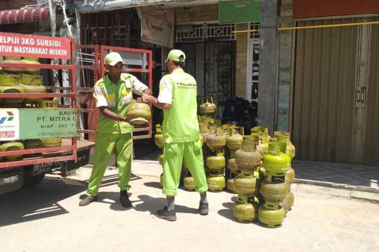 Salah Satu Agen melakukan pengisian elpiji 3 kg kepada pangkalan yang ada di Batam
