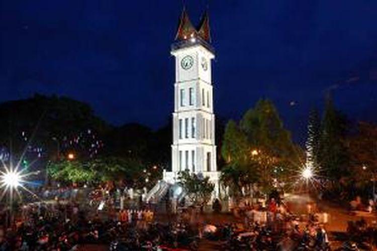 Suasana senja di Jam Gadang, Bukittinggi, Sumatera Barat, beberapa waktu lalu. Jam Gadang hingga kini menjadi ikon sekaligus tujuan wisata di Bukittinggi.