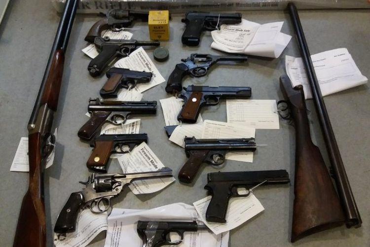 Sejumlah senjata hasil penyerahan warga dalam rangka program amnesti senjata di kepolisian Inggris.