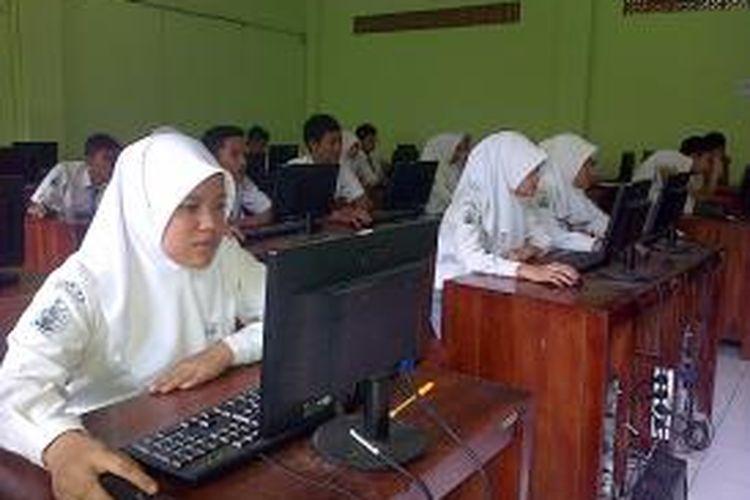 Suasana try out UN online di SMK NU Ungaran, Selasa (7/4/2015) siang