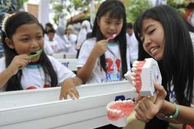 Ilustrasi: Mahasiswa Fakultas Kedokteran Gigi Universitas Indonesia memandu siswa sekolah tentang menggosok gigi yang benar saat peluncuran gerakan 21 Hari Tari dan Sikat Gigi di SD Negeri Buaran 1 dan 2, Serpong, Tangerang Selatan, Minggu (11/3/2012).