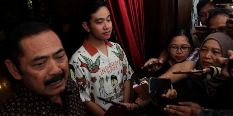 Ketua DPC PDI Perjuangan Solo, FX Hadi Rudyatmo (kiri) dan Gibran Rakabuming Raka dalam sebuah acara di Solo, Jateng.