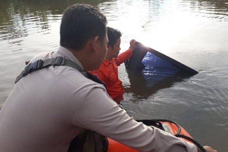 Pihak kepolisian dan warga mengevakuasi mobil Camat Jangkat Timur yang tenggelam di Jalan AMD Muara Bulian, Jambi, Rabu (12/12/2018).