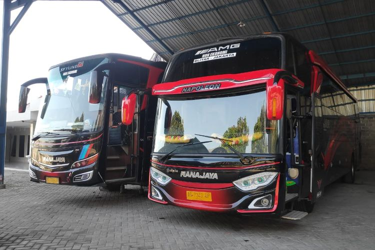 Unit bus AKAP PO Ranajaya asal Blitar yang dikandangkan karena penutupan operasional sementara selama PPKM Darurat 3-20 Juli