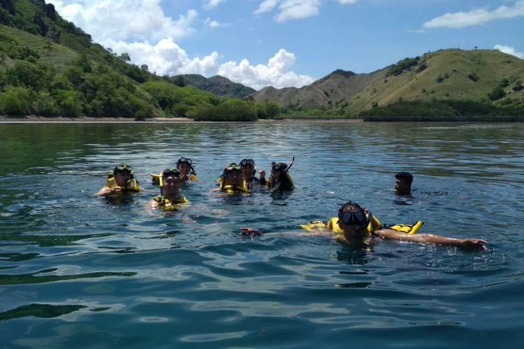 Para pemenang Pegipegi Yuk! Jelajah Indonesiamu saat snorkeling di kawasan Manjerite, Taman Nasional Komodo, Manggarai, Nusa Tenggara Timur, Jumat (30/11/2018).