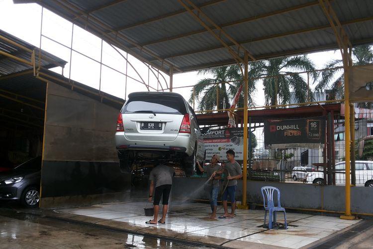 Suasana di salah satu layanan cuci mobil steam hidrolik yang ada di Depok, Selasa (7/11/2017).